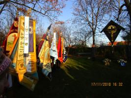 Die Laimer Vereinsfahnen - aufgereiht an der Gedenkstätte