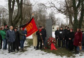 Unser Ehrenmitglied Werner Brandl mit Traditionsfahne bei der Gedenkveranstaltung