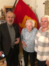 Von Ehrenmitglied zu Ehrenmitglied - Werner Brandl gratuliert, zusammen mit Margit Meier (Stv. Vorsitzende des Ortsvereins und Vorsitzende des Kulturausschusses des BA-Laim)