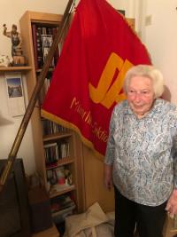 Gerda Bürger, zur Feier des Tages vor unserer Traditionsfahne