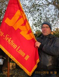 Martin Kölz mit der Traditionsfahne der Laimer Sozialdemokraten
