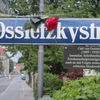 Ossietzkystraße - Straßenschild mit Rose zum Gedenken